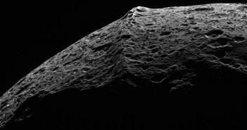 Слика направена од леталото Касини на која може да се забележи гребенот на екваторот на месечината Јапет. Извор: НАСА.