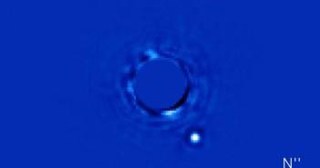Комбинација од 30 минутни фотографии направени со Gemini Planet Imager од планетата Beta Pictoris б (светлата точка) која орбитира околу нејзината ѕвезда.