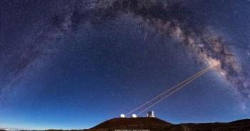 Телескопите од Кек Обсерваторијата, Хаваи, користат технологија наречена адаптивна оптика која овозможи ACLA астрономите да пронајдат дека G2 претставува пар од бинарни ѕвезди кои се споиле и останале опколени од гас и прашина. Заслуги: Итан Твиди