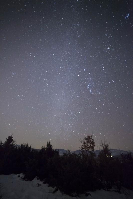 Млечниот пат во снежниот амбиент. Се гледаат и Орион и Плејадите.