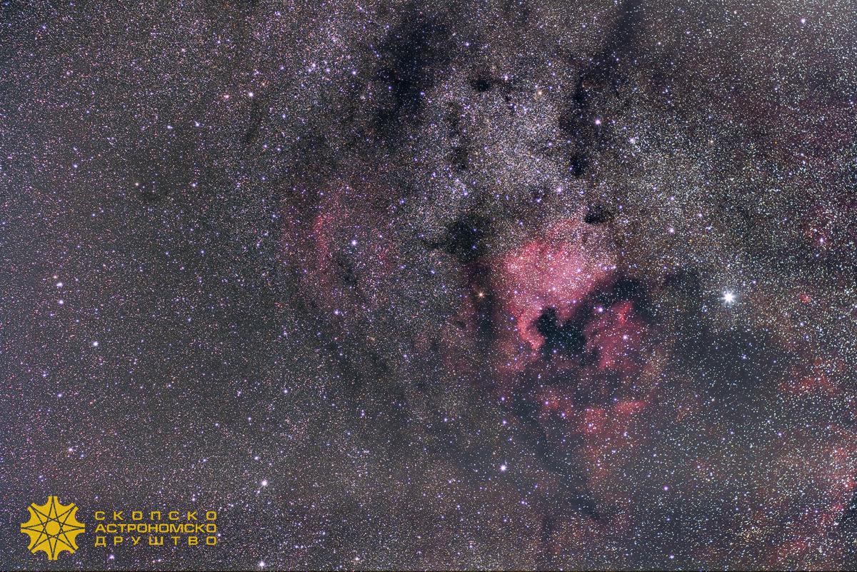 Маглината Северна Америка, наречена така заради нејзиниот облик (NGC 7000). Иако самата маглина зафаќа релативно големо видно поле (како четири месечини), не може лесно да се забележи со директно гледање заради слабата осветленост. Десно под Северна Америка на сликата може да се забележи и маглината Пеликан (IC 5070). Фотографијата е изработена од 45 експозиции, сликани со Канон 20Д фотоапарат и објектив од 85mm. Екпсозициите се по 60 сенунди, со бленда f/3.5 и ISO 1600. Обработката е во PixInsight.