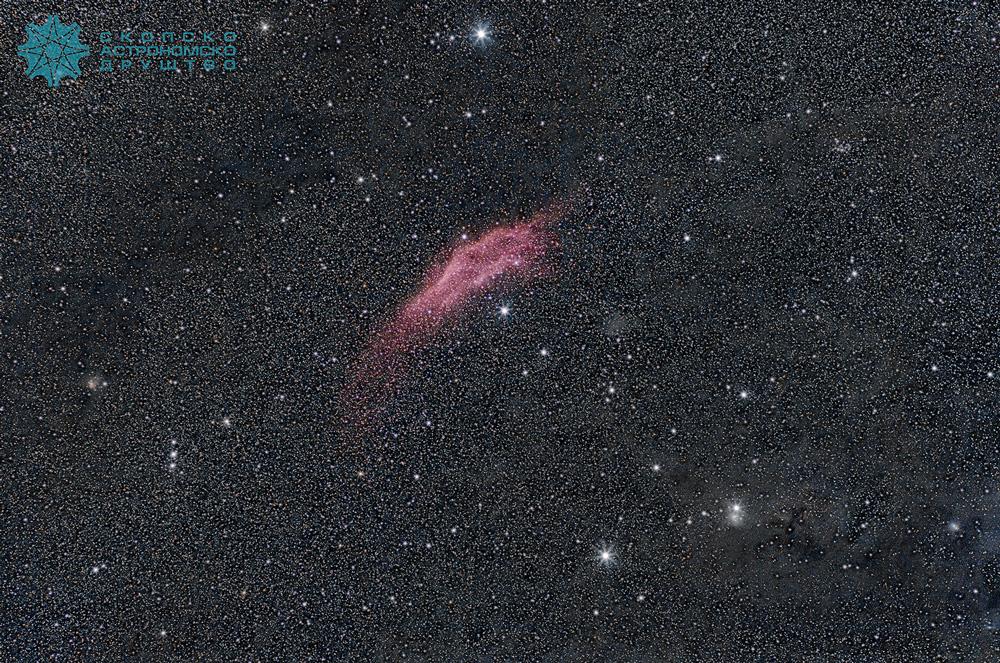 Mаглината Калифорнија (NGC 1499) името исто така го добила според обликот. Одалечена е 1000 светлосни години од нас и тешко може да се види со голо око.  Ја сликавме широкоаголно со модификуван Канон 20Д и 85mm oбјектив. Се работи за 94 комбинирани експозиции, секоја од една минута, на ISO 1600 и бленда f/4. Обработката е во PixInsight и Photoshop (селективна сатурација/десатурација).