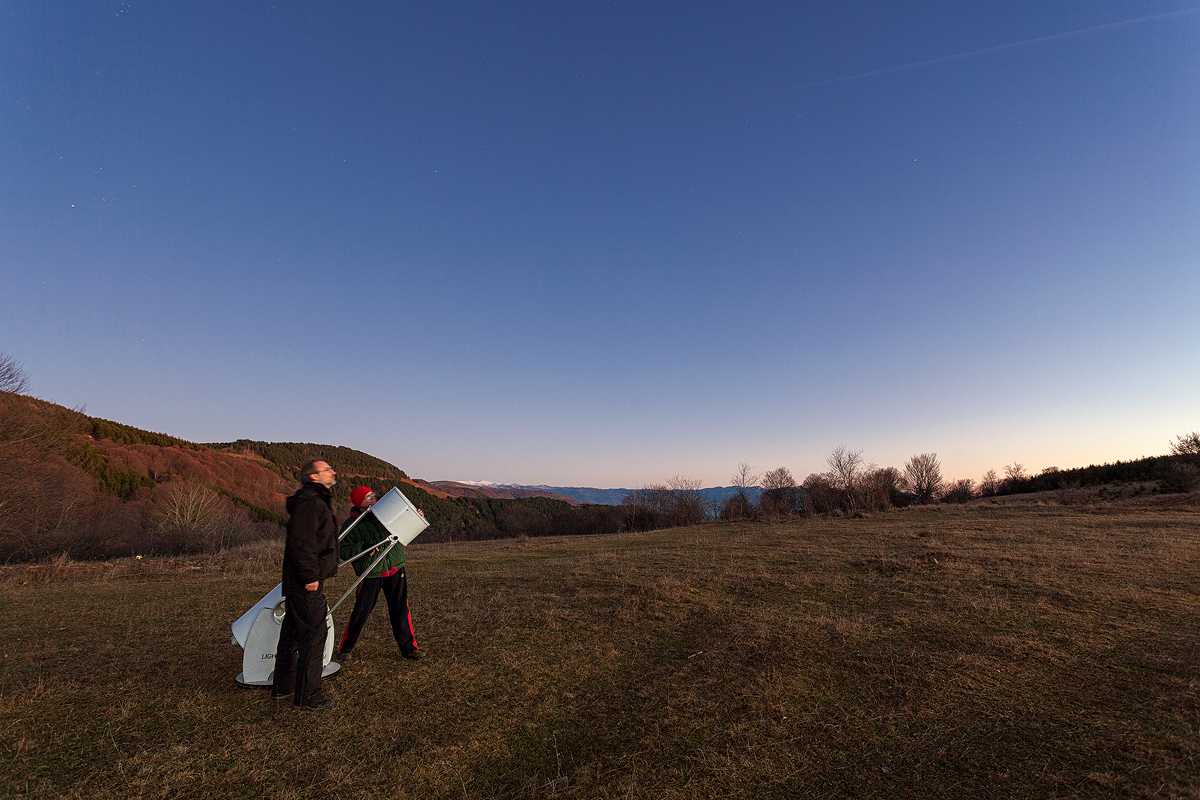 Кога го наместивме телескопот за набљудување (Добсон), подзаставме да ја видиме младата Месечина наспроти се уште светлото небо.