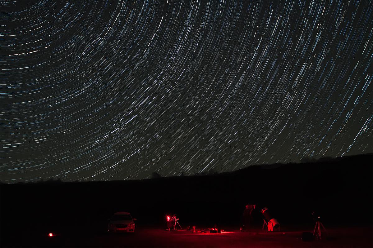 Ние и патеката на ѕвездите (startrail). Сликано со фотоапарат Канон 50d. Апаратот често запираше со сликањето, заради дотрошени батерии, и заради проблемот со расипан шатер, но ефектот испадна интересен.