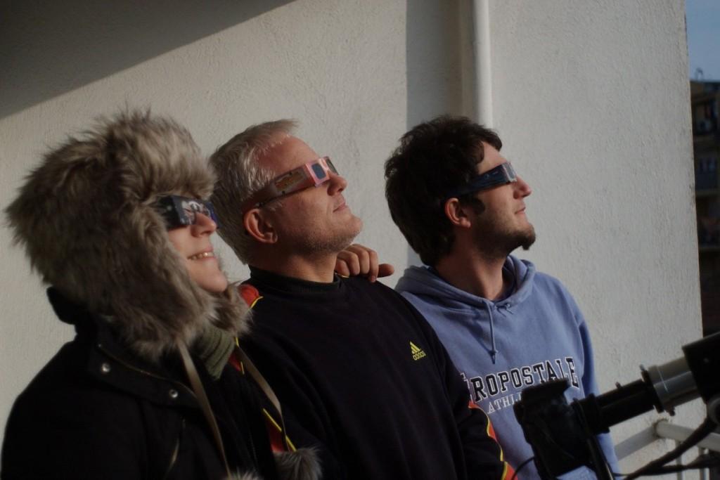 Најбезбеден начин на кој можете да го видите затемнувањето, со специјални очила наменети за гледање на затемнување на Сонце.