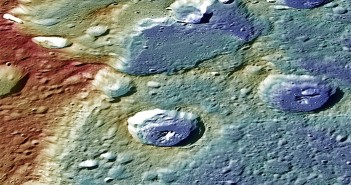 Леталото Месинџер ги фрла последните погледи кон Меркур пред целосно да му се истрши горивото и да се препушти на гравитацијата. На оваа фотографија е прикажан неодамна објавен мозаик од 41 снимка на која се гледа кратерот Duccio и тектонската област наречена Carnegie Rupes која се оформила кога Меркур се собрал за време на ладењето на неговата внатрешност. Извор: Johns Hopkins University Applied Physics Laboratory/Carnegie Institution of Washington