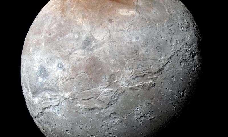 Големата месечина Харон на Плутон открива разнобојна и насилна историја