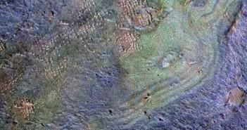 Со комбинација од два инструменти на орбитерот на НАСА е направена мапа кодирана во бои од површината кај регионот Nili Fossae. Извор: NASA/JPL-Caltech/JHUAPL/Univ. of Arizonа