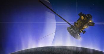 Знаци на живот при последниот близок лет на Касини низ млазовите на Енцелад?