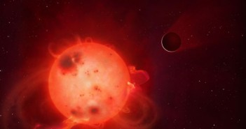 Планетата Кеплер 438б пред својата сурова ѕвезда домаќин. Често е озрачена од силните бранови, кои најверојатно ја прават оваа планета место со услови далеку од поволни за живот. На оваа фотографија е прикажано како атмосферата на планетата се исфрла, односно отстранува настрана.