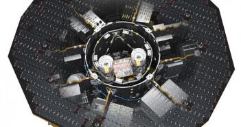 Во срцето на научниот модул на LISA Pathfinder лежи LISA Technology Package. Соларните ќелии го обезбедуваат леталото со сончева енергија и го штитат од Сонцето. Заслуга: ESA/ATG MEDIALAB