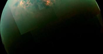 На овој мозаик од леталото Касини на НАСА може да се забележат блесоци од сончевата светлина над северните мориња на Титан. Извор: НАСА.