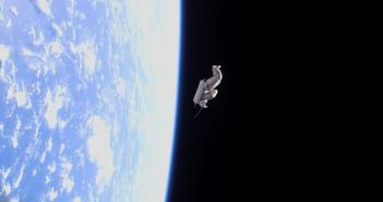 Suitsat 1, во човечка форма, лебди слободно околу Земјата