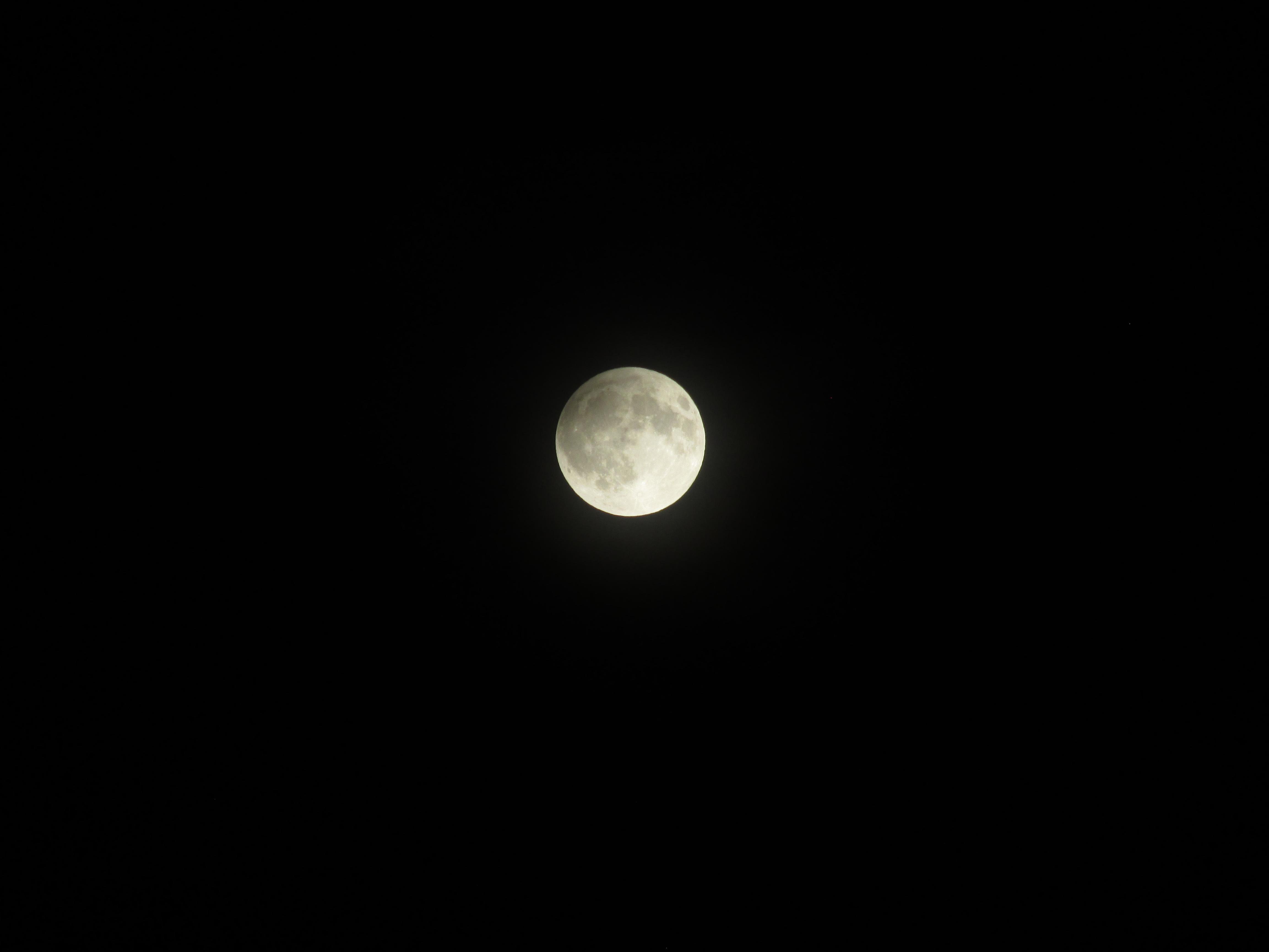 Месечината, околу половина час по почетокот на затемнувањето. Опрема: Canon PowerShot SX 160 IS, експозиција: 1/80 sec, f/5.9, ISO 100. Заслуги: Марина Димовска