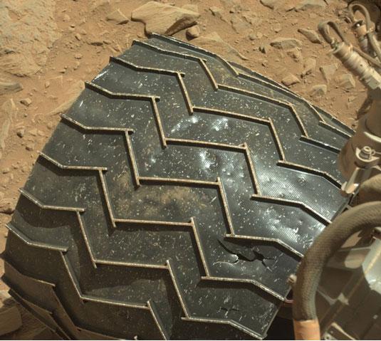 """Пукнатина на тркалото на роверот """"Кјуриосити"""". Фотографијата е направена со камера МастКам 486 сола"""
