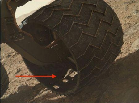 Пукнатина во предното лево алуминиумско тркало на фотографијата МАХЛИ, направена 463 сола (24 ноември 2013 г.) Подобра фотографија!