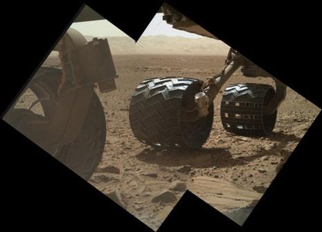 """Мозаик на тркалата на """"Кјуриосити"""" на Марс, направени со камерата МАХЛИ"""