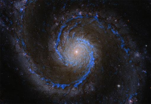 Молекуларен водород во галаксијата M51, сините траги ја покажуваат неговата дистрибуција. Молекуларниот водород всушност е откриен преку CO. Направен е каталог со повеќе од 1500 молекуларни облаци.