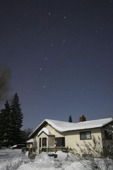 Прекрасна ноќ во јануари осветлена со месечева светлина со Големата мечка изгреана на североисточното небо. Права на фотографијата: Боб Кинг