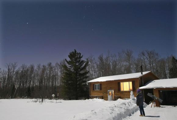 Доброоблечен набљудувач на ѕвезди ужива во ноќта под зимското небо. Права на фотографијата: Боб Кинг