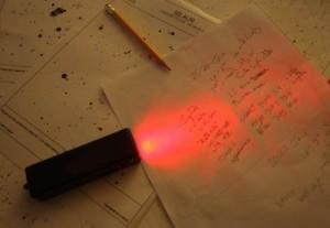 Во многу студени ноќи, паметно е да направите концизен план за набљудување со цел да го користите времето крај телескопот ефикасно. Земам неколку мапи и фаќам куси белешки користејќи црвена рачна батерија. Права на фотографијата: Боб Кинг