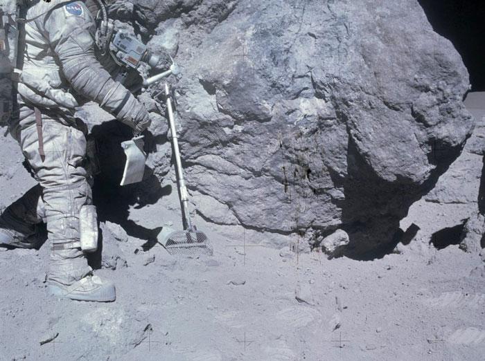 Чарли Дјук (Charlie Duke) Астронаут од мисијата Аполо 16 собира примероци од Месечината