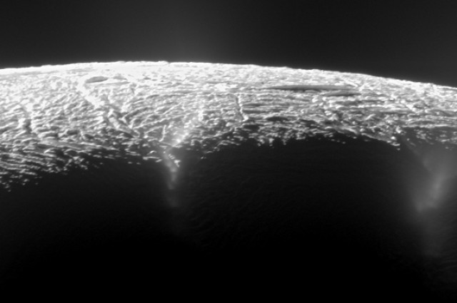 Поглед на долината со гејзери на месечината Енцелад. Двете линии на дното од фотографијата се двата најактивни и најтопли гејзери. Извор: NASA/ESA/ITA.