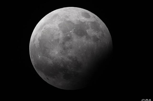 Чија е Месечината?