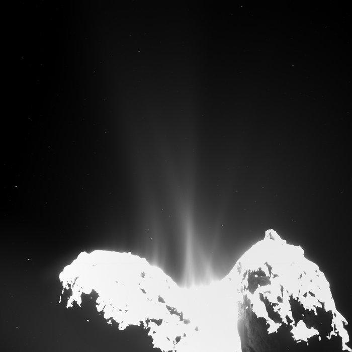 Широкоаголната камера на Розета забележа млазови од гас кои излегуваат од јадрото на кометата 67p/Churymov-Gerasimenko. Се очекува кометата да биде многу поактивна во месеците кои ќе следат. Извор: ESA/OSIRIS Team