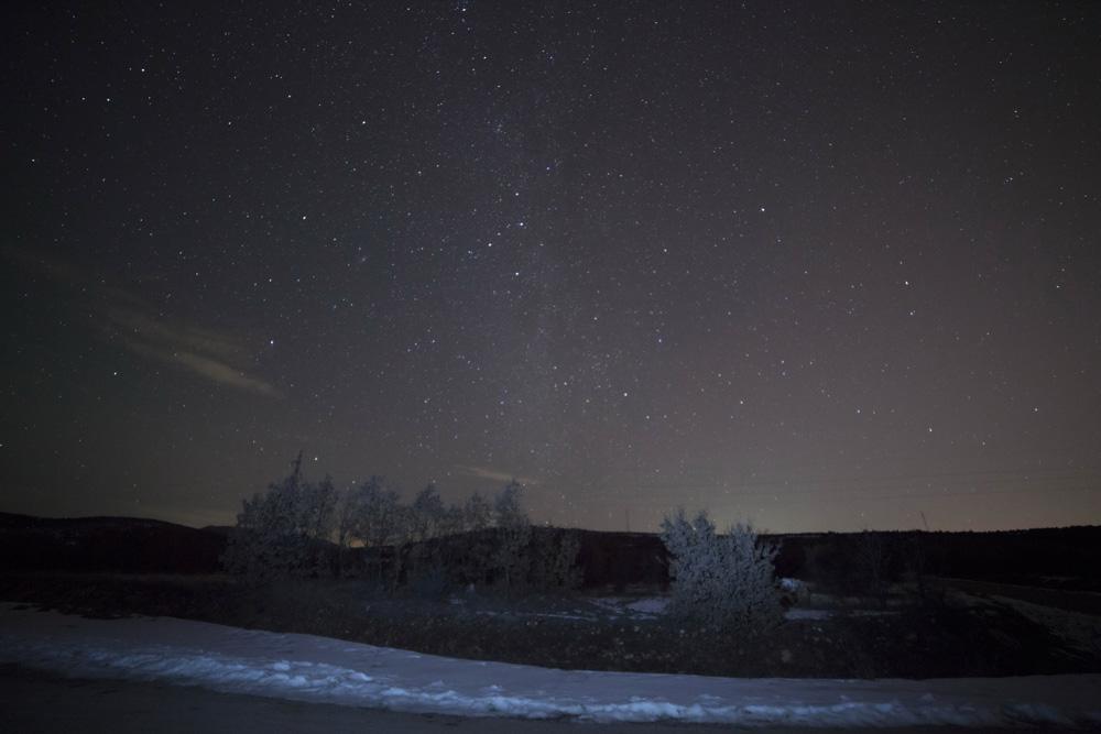 Локацијата сликана пред да ја наместиме опремата. Се гледаат Млечниот пат и облаци пред маглата и облаците целосно да го прекријат небото подоцна во вечерта.