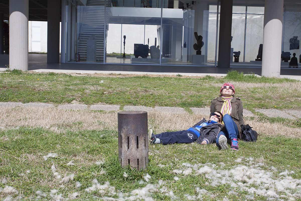 Фото тимот кој беше сместен пред музејот на современа уметност го привлече вниманието на локалните посетители, па заедно го проследија затемнувањето. Авторски права: Горан Петров