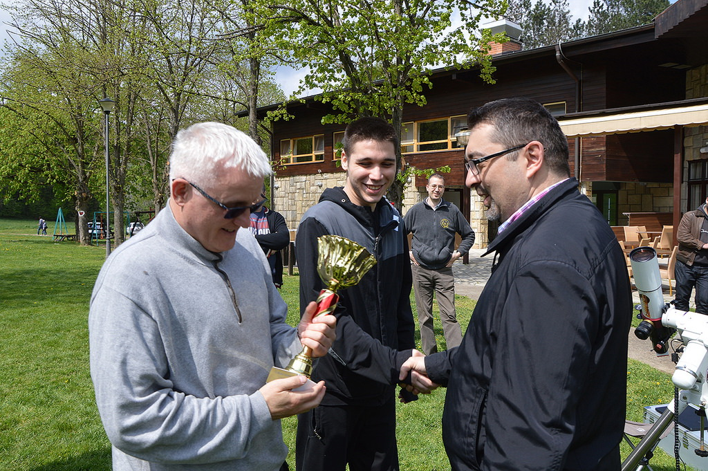 Пехар во победничките раце на членовите на Скопското астрономско друштво