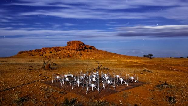 Eднa од 128 плочи на радиотелескопот Murchison Wide Field Array во западна Австралија