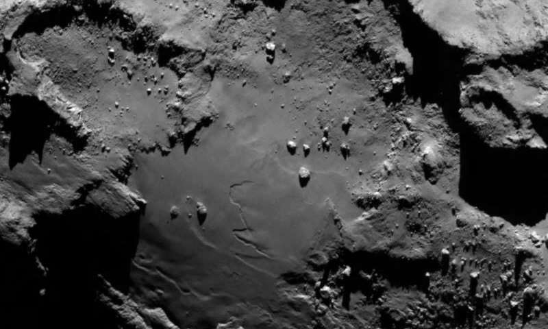 Слика одблиску од кометата 67P / Churyumov-Gerasimenko, направена на растојание од 130 км, со помош на камерата ОСИРИС од леталото Розета. Низа карактеристики, вклучувајќи камења, кратери и стрмни карпи се јасно видливи. Заслуги: ESA/Rosetta/MPS for OSIRIS Team MPS/UPD/LAM/IAA/SSO/INTA/UPM/DASP/IDA