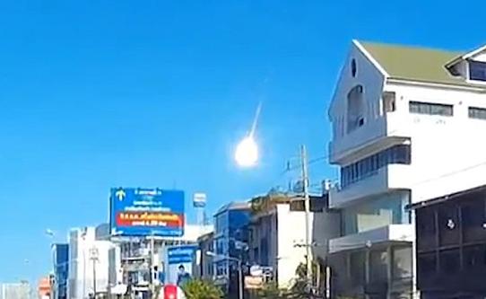 Огромен метеор блеснува над Бангкок