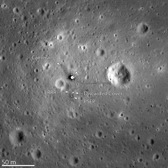 Местото каде слета Аполо 11, снимено во 2012 година со камерата на Lunar Reconnaissance орбитер. Видливи се LМ (Лунарен модул), LRRR (Лунарен Ласерски Ретро Рефлектор), над PSEP (Пасивен Сеизмички Пакет за Експерименти). Сликата била направена од 24 километри над површината. Извор: НАСА/Универзитет на Аризона.