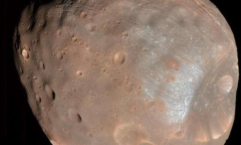 Фобос, една од месечините на Марс, фотографирана од далечина од 6,8000 километри. Кратерот Стикни преовладува на една од хемисферите на сателитот. Извор: НАСА/ЈПЛ/Универзитет на Аризона.