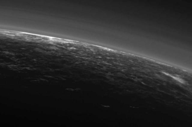 Десно на снимката најверојатно се гледа облак. Извор: НАСА.