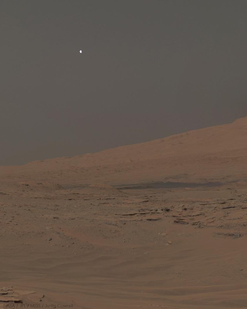 Снимката го покажува заоѓањето на месечина зад планината Шарп на сол 613 (28 април 2014). Гледаме комбинација од три снимики со мозаик од 360 степени направен за време на попладнето на сол 613.
