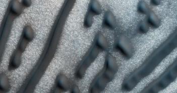 НАСА откри формации кои потсетуваат на порака во Mорзeова азбука на површината на Марс