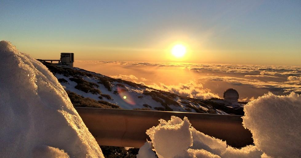 Поглед од Nordic Optical Telescope, каде што можат да се забележат 10-метарскиот Gran Telescopio Canarias (десно) и 3.6-метарскиот Telescopio Nazionale Galileo (лево). Иако на Ла Палма на морското ниво температурата е речиси константна низ цела година (околу 20-тина степени), горе на планината на 2200 метри каде што се наоѓаат многубројните телескопи, знае и да заврне снег.
