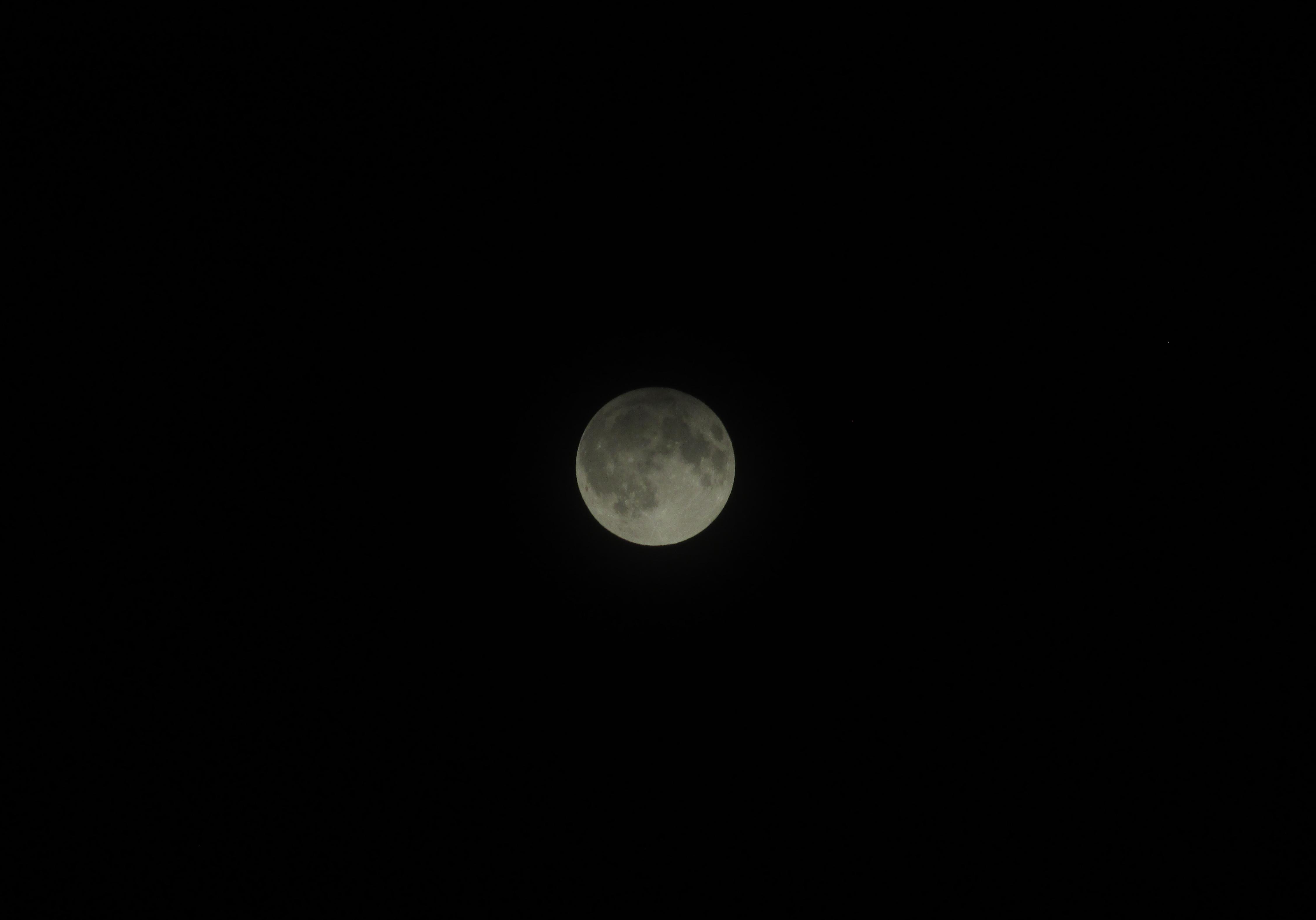Делумно затемнување на Месечината 2016 низ фотографии
