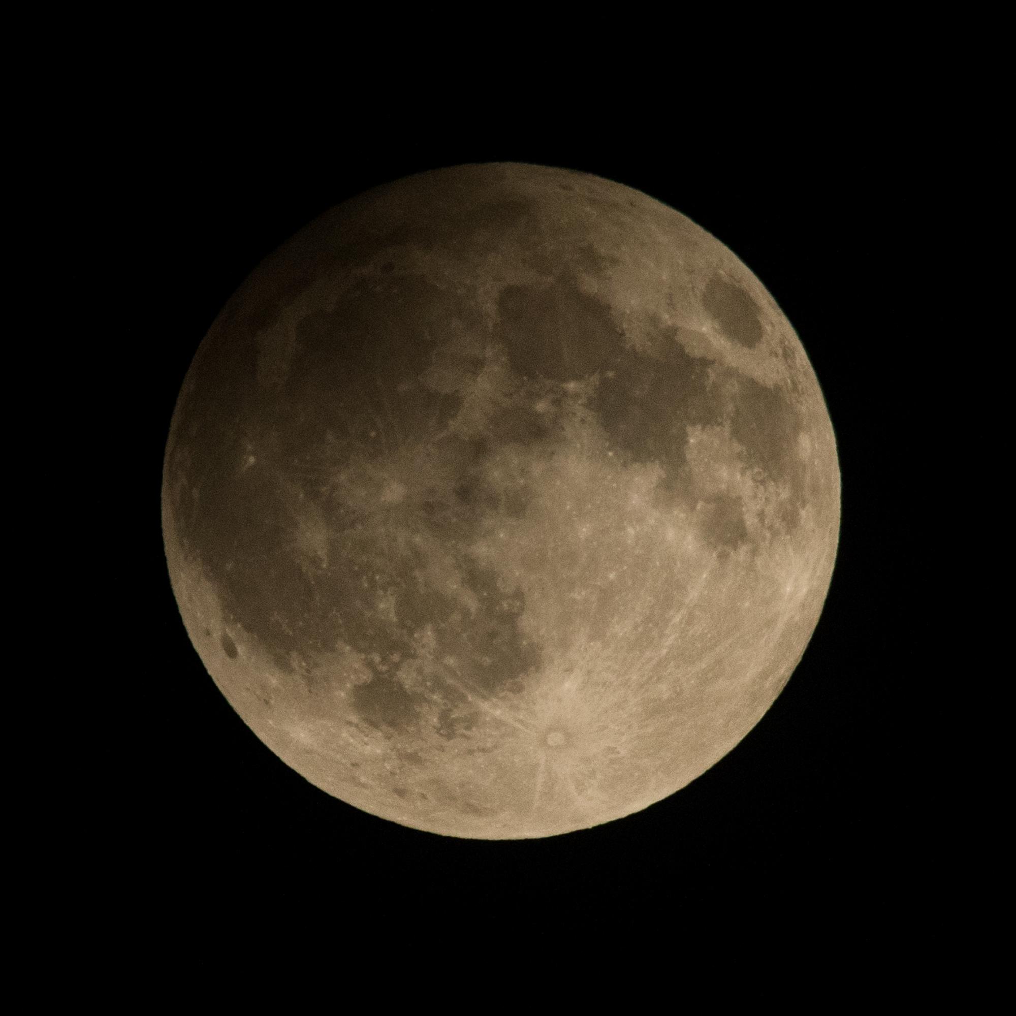 Затемнувањето фотографирано од нас. Аеродром нешто пред максимумот, во 20:40 ч. Опрема: Canon 5D Mark II, Sigma 150-500, трипод; f9, 1/800 @ ISO 800. Заслуги: Боби Кузмановски