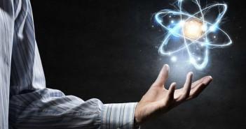 Ако атомите се претежно празен простор, зошто предметите ги гледаме и чувствуваме како цврсти?