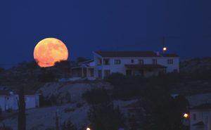 Зошто Месечината изгледа толку голема кога е на хоризонтот?