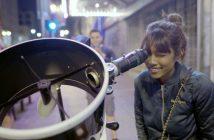 Краток филм ги снима реакциите на граѓаните додека гледаат во Месечината низ телескоп