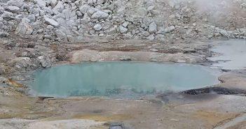 Докази укажуваат дека животот на Земјата започнал со паѓање на метеорити во мали топли езерца
