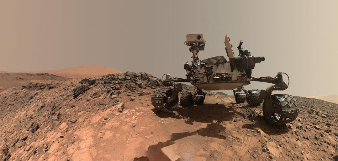 Авто портрет од низок агол на Кјуриосити роверот на НАСА на точка од каде што се спуштал доле по рид за да стигне до карпа планирана за бушење наречена Бакскин. Локацијата е на низок дел од Монт Шарп.